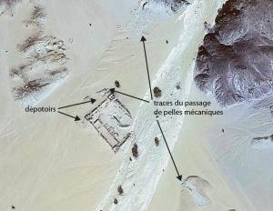 Vue satellitaire de Bir Samut (cliché Geo-Eye1) avec la localisation des dépotoirs et des traces de pelles mécaniques (©mission française du désert Oriental)