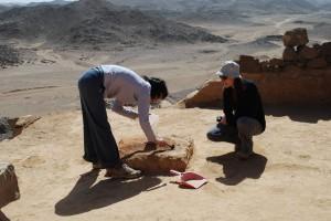 Prélèvement de cendres dans la salle 126 du bâtiment 1 (© B. Redon, mission française du désert Oriental)