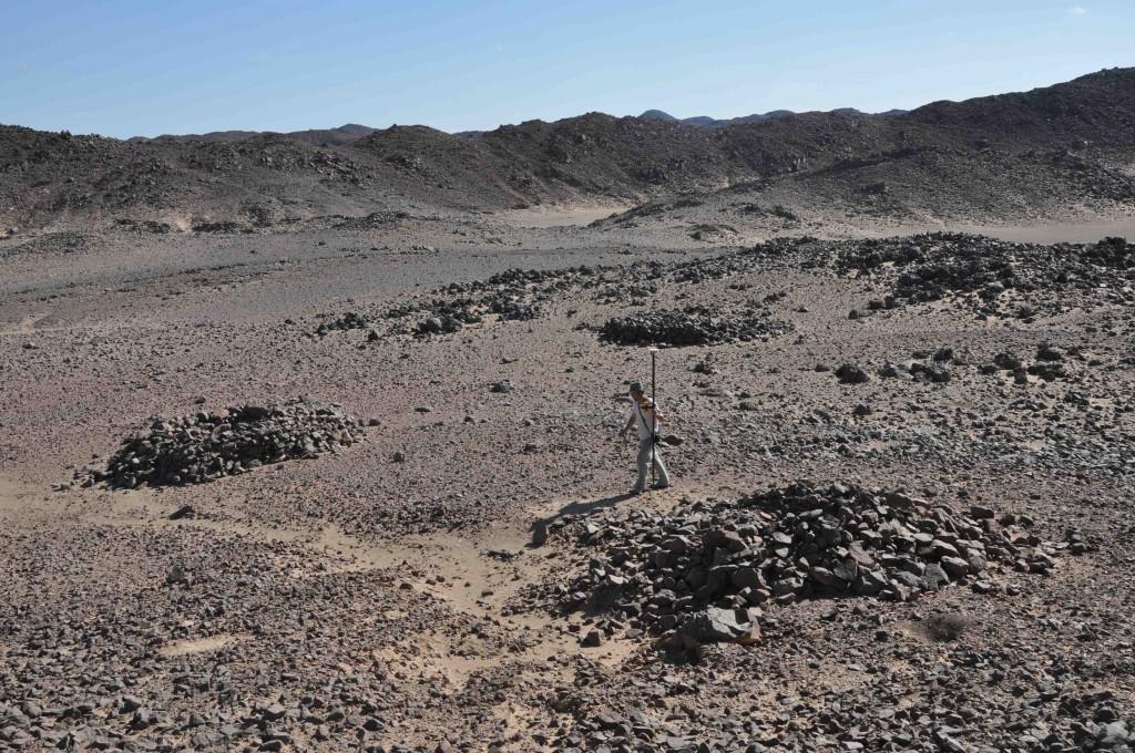 Opération de relevé topographique au GPS dans le désert Oriental (© Alexandre Rabot, MAFDO)
